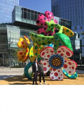 新鸿基发展(中国)有限公司南中国区总经理黎祥掀先生(左)与草间弥生工作室长期合作的伙伴、大田画廊创始人大田秀则先生(右)共同揭幕