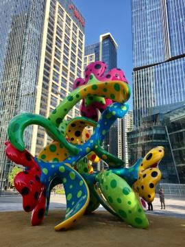 """草间弥生室外雕塑作品""""盛开在广州的花""""(不锈钢,高7.5米)"""