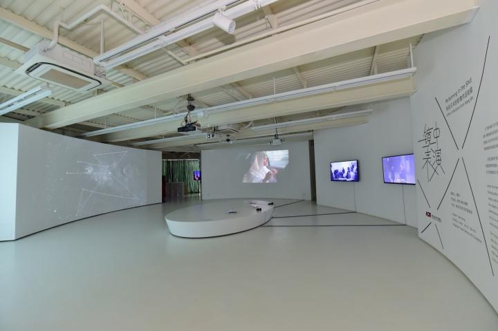"""新世纪钱柜999娱乐客户端基金会于2016年西岸艺术与设计博览会期间推出""""镜中表演——来自王兵的影像作品收藏""""展览"""