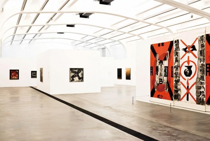 """2007年,尤伦斯当代艺术中心开馆首展""""'85新潮:中国第一次当代艺术运动""""展览现场"""