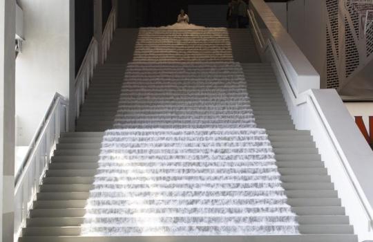 阿部幸子 《剪纸》现场行为 2017 曾为2010年利物浦双年展的现场行为 (图片提供:PSA)
