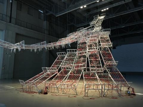 盐田千春 《生命之川》 高22米 装置(新委任作品) 2017年