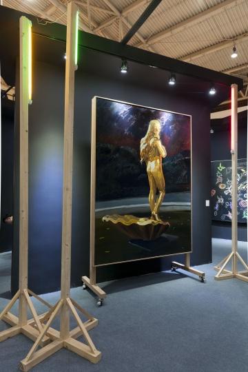 仇晓飞《奥特莱斯的维纳斯》480×470×358cm 布面油画、灯光、木 2013  估价 1,500,000-2,500,000 RMB