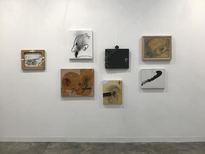 七件单价在10万美元左右的西班牙艺术家大师安东尼·塔皮埃斯(Antoni Tàpies)小尺幅综合材料作品,已经被预定