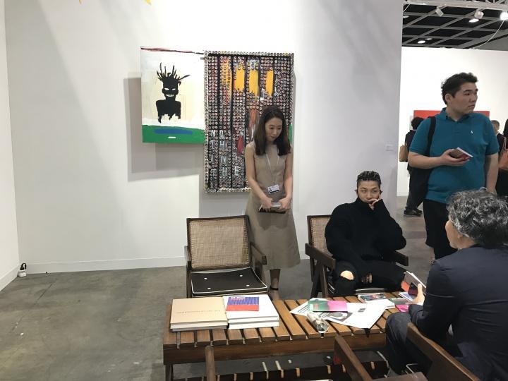 韩国当红组合BigBang的成员太阳在VIP当日光顾了Kukje Gallery