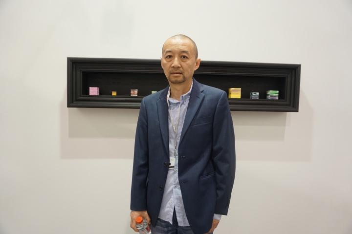 黄燎原和其身后的洪绍裴的装置,是北京现在画廊此次第一件售出的作品,标价12万元