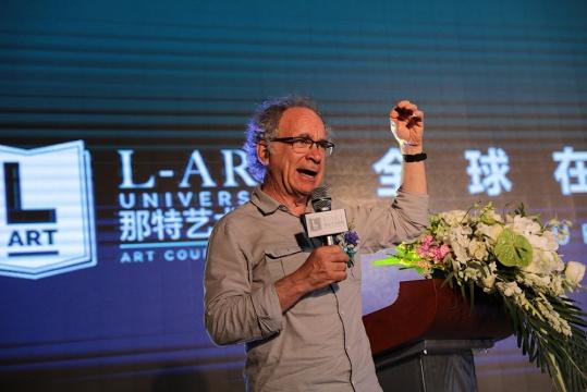 美国加州艺术大学工业与交互设计专业在设计领域教授巴利·卡兹在那特艺术学院开学典礼发言