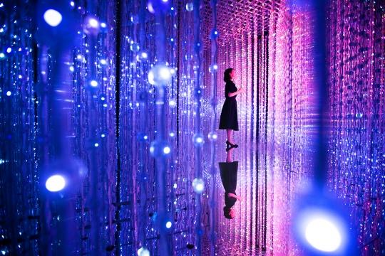 teamLab 《水晶宇宙》互动灯光雕塑装置,LED,无限变化,声音:teamLab2015