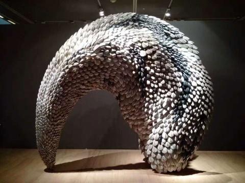 郅敏《天象四神-白虎》 陶瓷,金属 320x120x270cm 2017