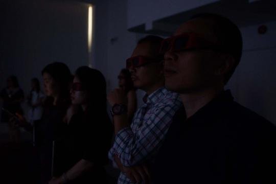 观众佩戴3D眼镜观看影片