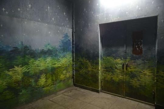 王卫《墙上的墙 1》240x100cmx2铝板上综合材料2017