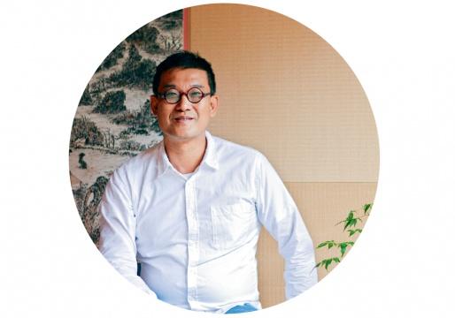 """刘太乃  资深收藏家      """"在我看来,今年我参与的保利的尤伦斯专场有点像过去的黄花梨、紫檀家具市场,当年由于中国人穷、认识不够,很多黄花梨、紫檀家具都被外国人买去,如今国人理解了这些家具的重要与价值也开始'回购'这些物品,尤伦斯收藏的中国当代艺术这次在北京保利拍卖也是如此,这是好的现象。  在我看来嘉德还在尝试中国油画市场的方向,二十世纪的一线油画家如常玉、潘玉良、徐悲鸿的作品不好征集,嘉德只能二三线艺术家身上打转,因此嘉德还在孕育中国早期油画市场雏形的阶段。  中国的拍卖应该着眼于近现代、二十世纪艺术史的重建,比如如何拿到常玉、潘玉良的优秀作品,与香港市场匹敌下,而不是在当代容易拿到的作品去着手。拍卖公司是需要担负教育功能的,藏家买作品不是为了作品漂不漂亮,而是作品是否能进入艺术史。虽然这比较理想化,但正是因为理想,收藏家才会追逐。"""""""