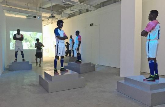 佩恩恩《赖克足球》尺寸可变 定制球衣、定制球鞋、玻璃纤维模型、蓝色灯箱、120x120cm展台 2017