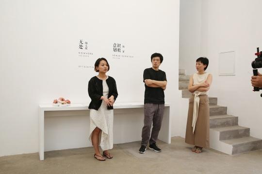 展览开幕式,左起:艺术家陶显、艺术家陶大珉、指纹画廊创始人之一郝听