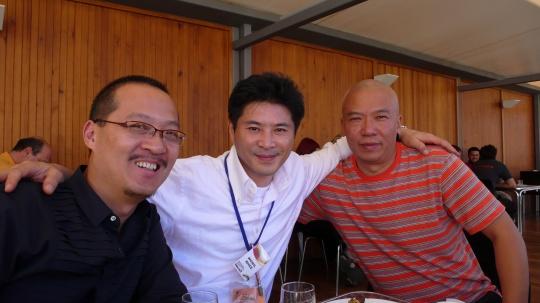 与中国艺术家在一起,左为杨千,右为许仲敏