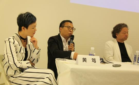 左起:艺琅国际谢蓉、黄笃(独立策展人)、尹晋燮(李圆一先生追思委员会会长、艺术评论家)、.