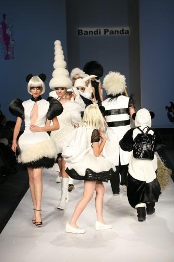 《熊猫时装秀》(静帧) 2007 (图片由尤伦斯当代艺术中心提供)