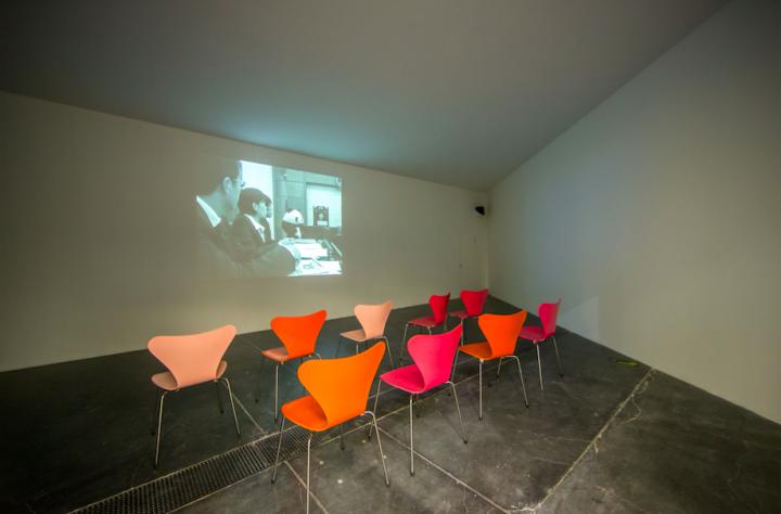 尤伦斯当代艺术中心现场播放赵半狄的影像作品《熊猫人失恋的故事》