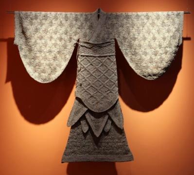 用报纸搓成的线绳编制的衣服,印在牛仔布上的地球和用日常现成品制成