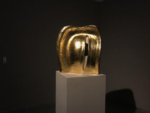 仇越《大眼》60×60×15cm 树脂铜箔 2017