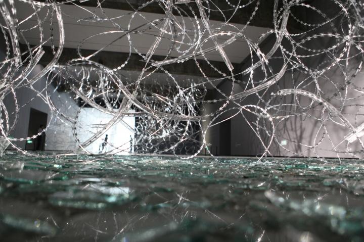 """北京民生现代美术馆个展""""边界/空间""""展出的装置《溢光》铁丝网、玻璃管、碎玻璃 尺寸可变"""