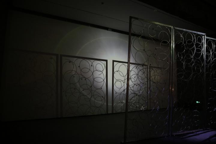 """北京民生现代美术馆个展""""边界/空间""""展出的作品《界》 铁丝网、机械装置、影像 340×600cm"""