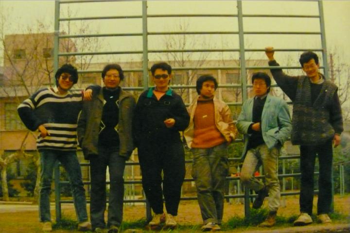 1987年,王璜生(左一)与南京艺术学院同学们