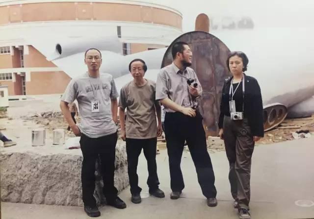 """2002年""""首届广州三年展""""期间与策展人冯博一(左一)、艺术家黄永砯(左二)和""""三年展""""办公室主任郭晓彦(右一)"""