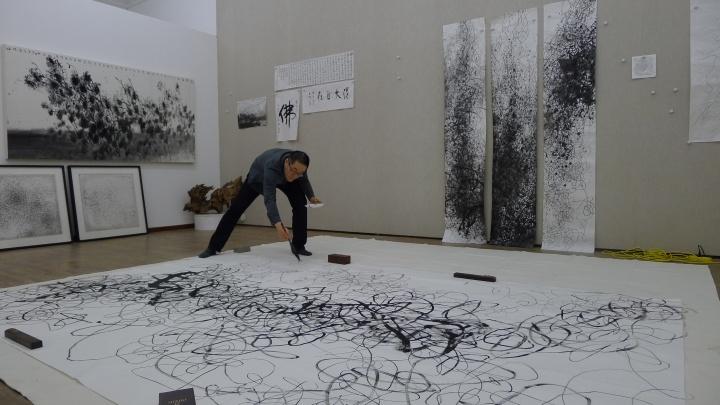 2014年王璜生在工作室创作
