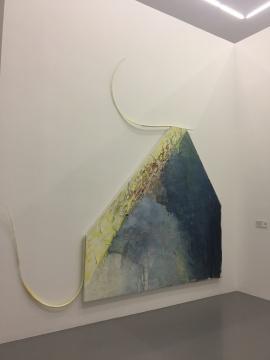格哈德·胡美《在赫利奥波利斯的门槛上——每一边都是不一样的图像》240 x 251 x 9 cm布面丙烯,PE管,装置尺寸:350 x 400 cm由杜伊斯堡库珀斯米尔勒当代艺术博物馆斯多赫收藏提供