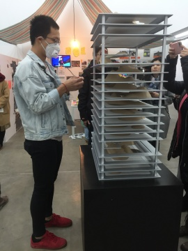 《反多米诺03号:城市化的超高层》,木头、钢铁,600 × 400 × 995 mm,2017