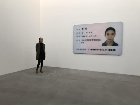 《艺术家在这》行为表演 (左)《女艺术家》150×238 cm,3版 + 1 APc-print2017 (右)