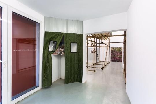"""应空间""""北平之春""""展览现场,入口的三个门,玻璃门、棉帘门以及建筑本身的门,形成回形针的起点,将展览线条延伸至里面的展厅"""