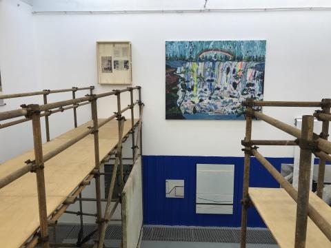 """在二楼的搭建的观景台,正好可以看到对面墙壁的几件""""瀑布""""作品"""
