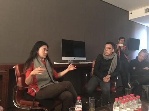 艺术家马文(左)