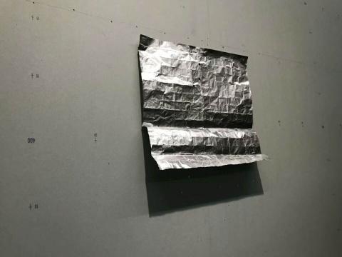"""墙上""""飘逸""""的金属锡纸"""