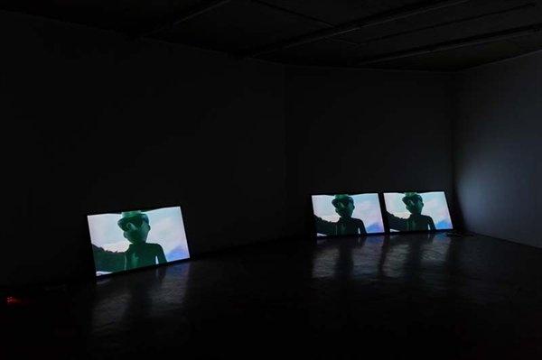 """2017艾米李画廊""""皮耶里克·索朗:充实的人生1992-2017""""展览现场,当画廊展览闭幕后,位于顺德的华侨城盒子美术馆开馆展也带来了皮耶里克·索朗的个展,艾米李画廊也是主办方之一      同时,海关的审查也是跨国展览所面对的挑战:林冠艺术基金会(北京)在2016年9月份的展览""""克里斯丁·莱默茨与诺伯特·塔丢斯:肉""""中,艺术家诺伯特·塔丢斯的16幅油画和3幅素描被中国文化局禁止入境,这批被禁的作品将会于林冠艺术基金会POP-UP(香港)展出。当时林冠艺术基金会(北京)的工作人员也表示:""""有可能是艺术家作品的画面太过激烈,但是境外画作审查不通过并不是一件很稀有的事情。"""""""