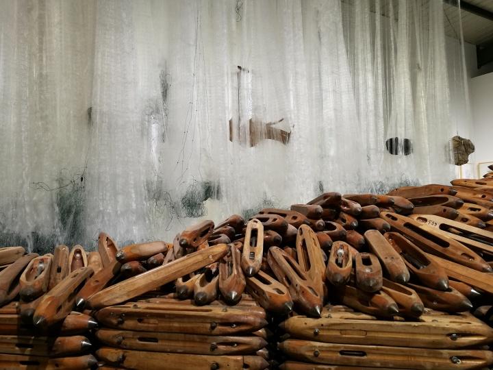 黄君辉 《竭泽而渔》 装置 渔网 木梭 水 土 碳 柏木 石头 尺寸可变 2017