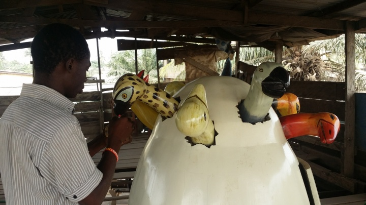 加纳当地的棺材。在当地,一个人死去之后,他的棺材是根据生前的职业所设计的,比如一个渔人去世后,他会被安葬在一个鱼形的棺材里。刘冰作品《阿散蒂的红色大鱼》的灵感来源于此