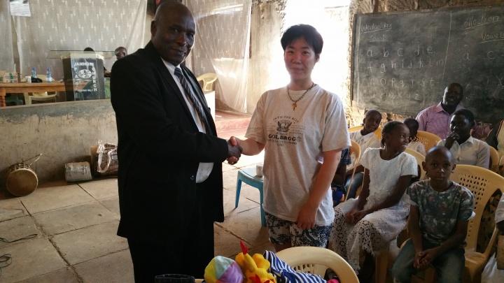 刘冰在肯尼亚当地的学校