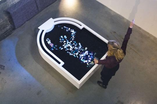 泰斯·比斯克(Thijs Biersteker)《塑料反射》165.5 x 125 x 66.1 交互装置 塑料垃圾,防水引擎 2016
