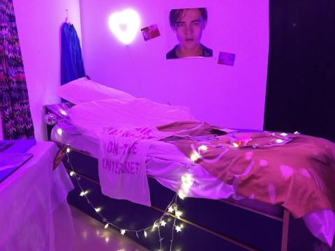 Nicole Ruggiero尼科尔·鲁杰罗、 Molly Soda莫利·索达、Refrakt雷弗莱克《待发掘的影像》400 x 400 AR增强现实 生活用品,床上用品,荧光灯 2017
