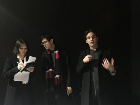 2017流明艺术大奖获得者泰斯·比斯克(Thijs Biersteker)(右一)
