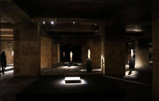 来自1世纪的高棉石雕佛像和荒木经惟的摄影,作品上方只有一柱冷光