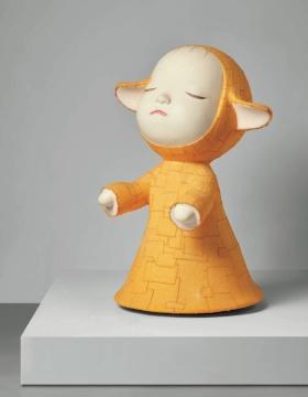 奈良美智《小朝圣者(梦游娃娃)》70x45x44cm玻璃纤维,丙烯酸和棉花1999  估价:120万-220万港元      本次拍卖所呈献的奈良美智及村上隆的作品是古德夫妇于2000年初期所收藏,正是俩人居岸在洛杉矶的时期。如同麦克追忆,他第一次看到这两件作品,是在当时还开在圣塔莫尼卡的Blum& Poe画廊。奈良刚刚完成了10组共有五种不同颜色的《朝圣者》作品,画廊当时取得了一组,而这10组之中,又只有2组是可以分开贩售的,他觉得十分有幸能收藏到其中一件。