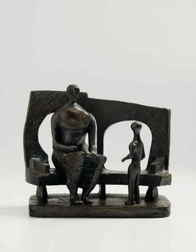 亨利·摩尔《围墙前的母与子》23.2 x 27.9 x 16.5cm 棕锈色铜雕1956  估价:200万-300万港元
