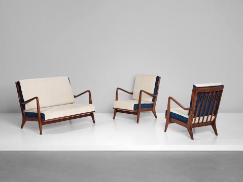 左:吉奥·蓬蒂《沙发 型号516》 80×119×78cm胡桃木,布料 1950  估价:7万-10万港元  右:吉奥·蓬蒂《扶手椅一对 型号 516》 81.5x62.5x79.5cm 胡桃木,布料 1958  估价:7万-10万港元