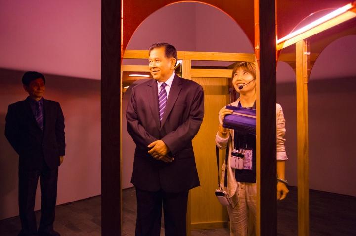 """柳淳风在策划的""""万象复观:本土艺术与泛亚洲文化之间的景观""""现场,为泰国副总理导览(图片提供:柳淳风)"""