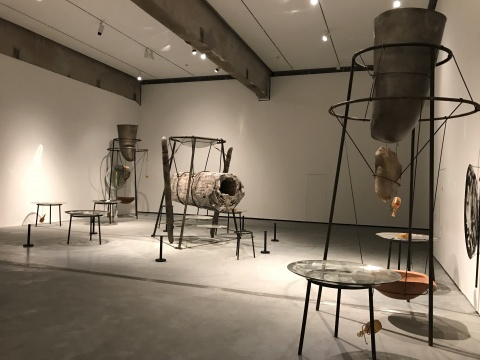 通加 《我、你和月亮》320×700×500cm装置:铁材、钢材、石化木、青铜、石膏、陶瓷、玻璃和石英晶体 2014