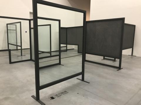 安德烈·小松《自动装置》尺寸可变玻璃,镜面,钢架,钢丝网,水泥板,夹丝玻璃 2017